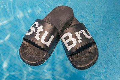 """StuBru - Zwarte """"StuBru"""" Slippers met zwarte zool"""